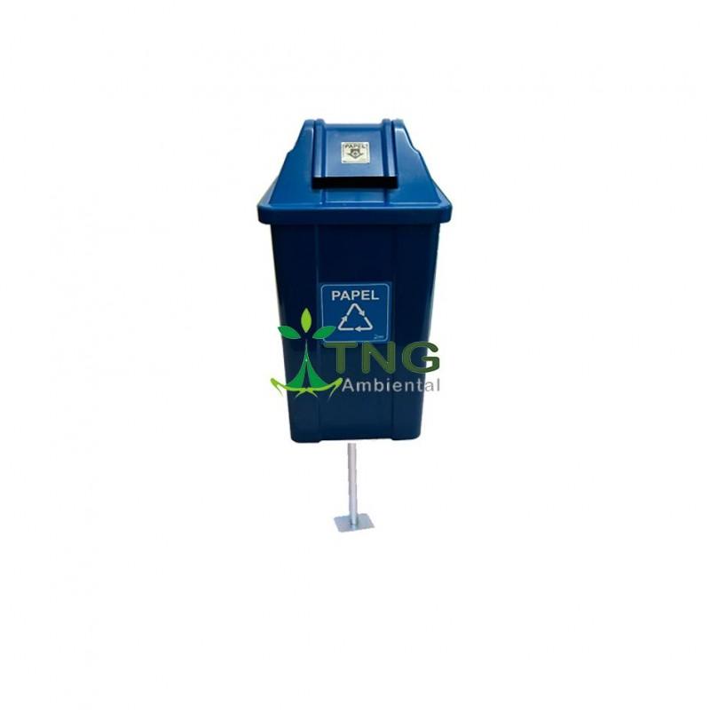 Lixeira 60 litros em plástico tampa vai-vem fixada no poste