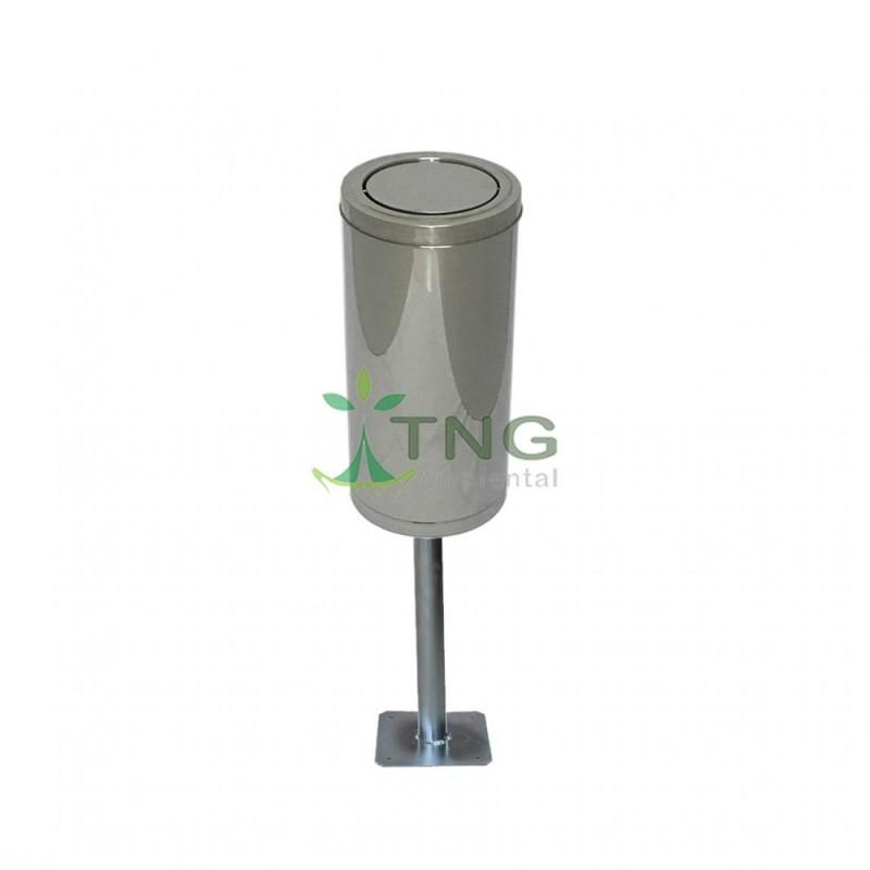 Lixeira 50 litros em aço inox com tampa flip-top fixada no poste