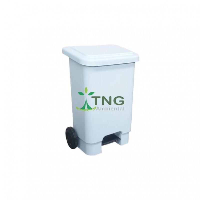 Lixeira 100 litros em plástico com pedal e rodas