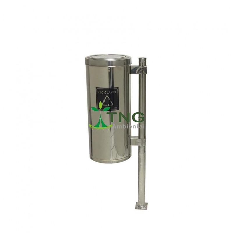 Lixeira 50 litros em aço inox 304 com tampa flip-top fixada em poste