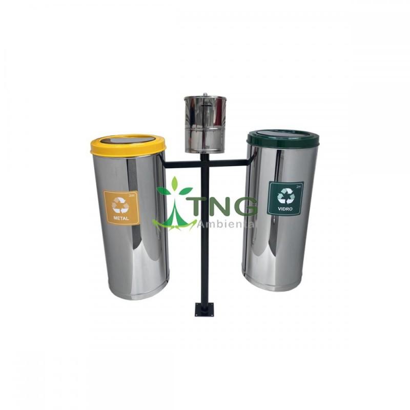 Conjunto com 02 lixeiras para coleta seletiva aço inox 50 litros cada e 01 bituqueira